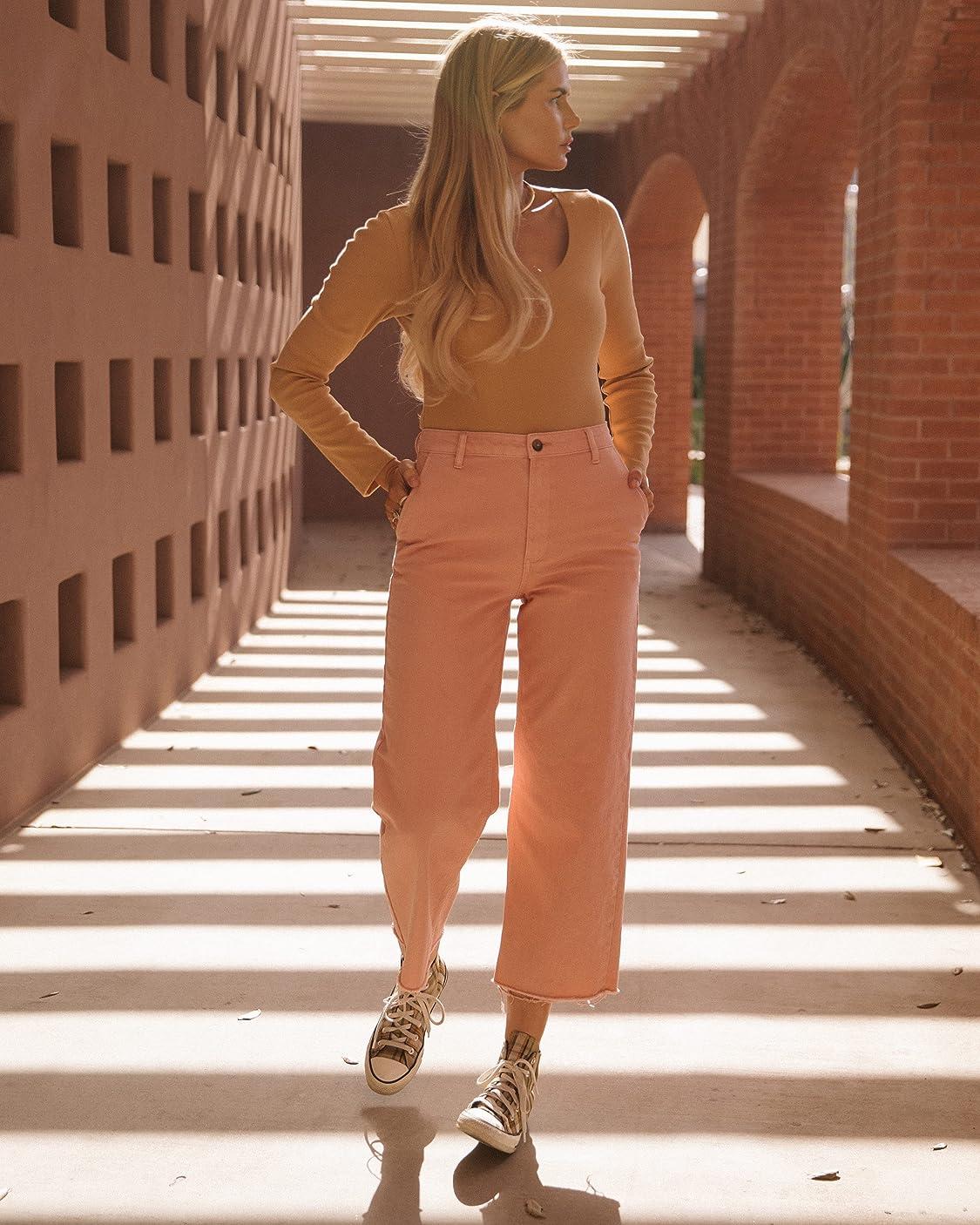 Amber Fillerup Clark indossa The Drop, Body da Donna, in Maglia con Scollo Rotondo, Marrone Chiaro, di @amberfillerup