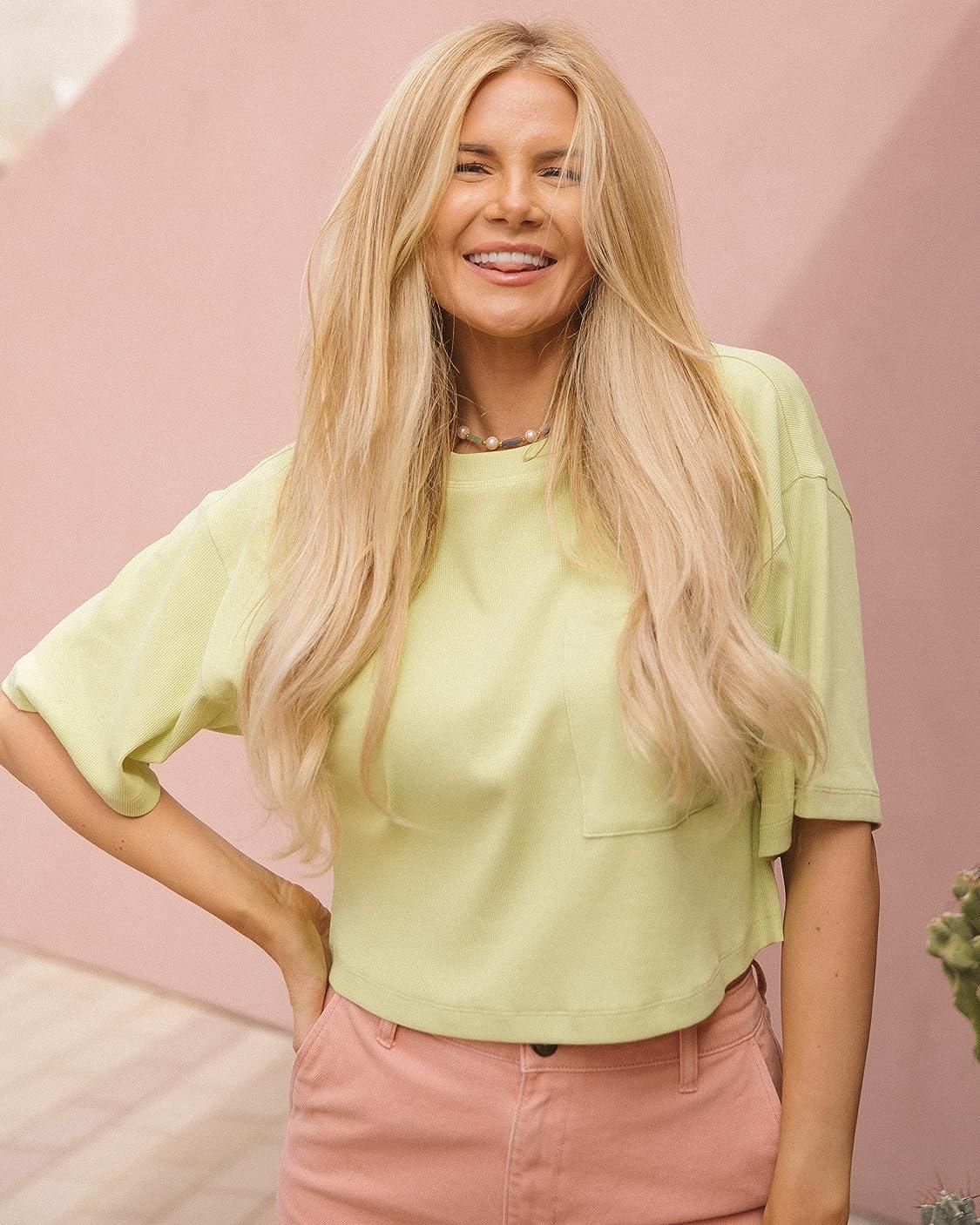 Amber Fillerup Clark indossa The Drop, Maglietta da Donna, Corta in Maglia, Verde Pallido, di @amberfillerup