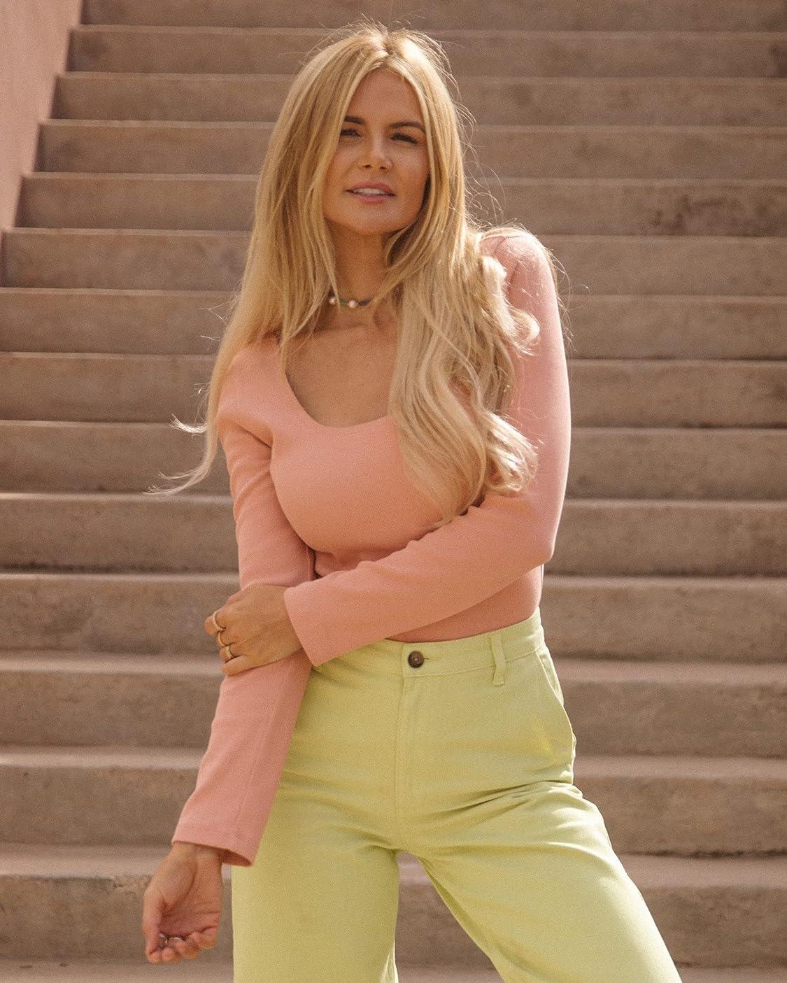 Amber Fillerup Clark indossa The Drop, Body da Donna, in Maglia con Scollo Rotondo, Rosa Pesca, di @amberfillerup