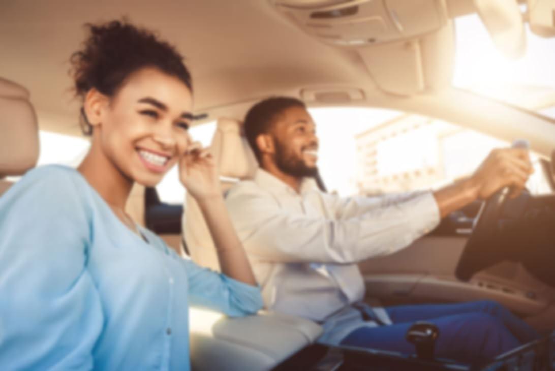 Paar fährt zusammen im Auto