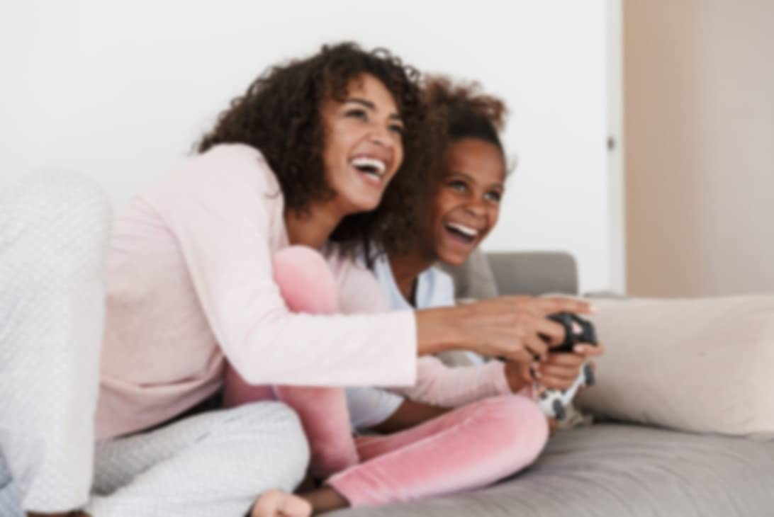 一位妈妈和孩子正在使用手柄玩游戏