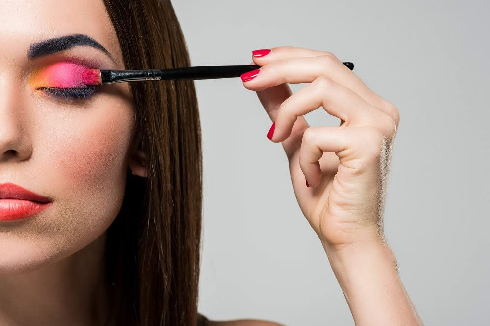 Mulher aplicando maquiagem