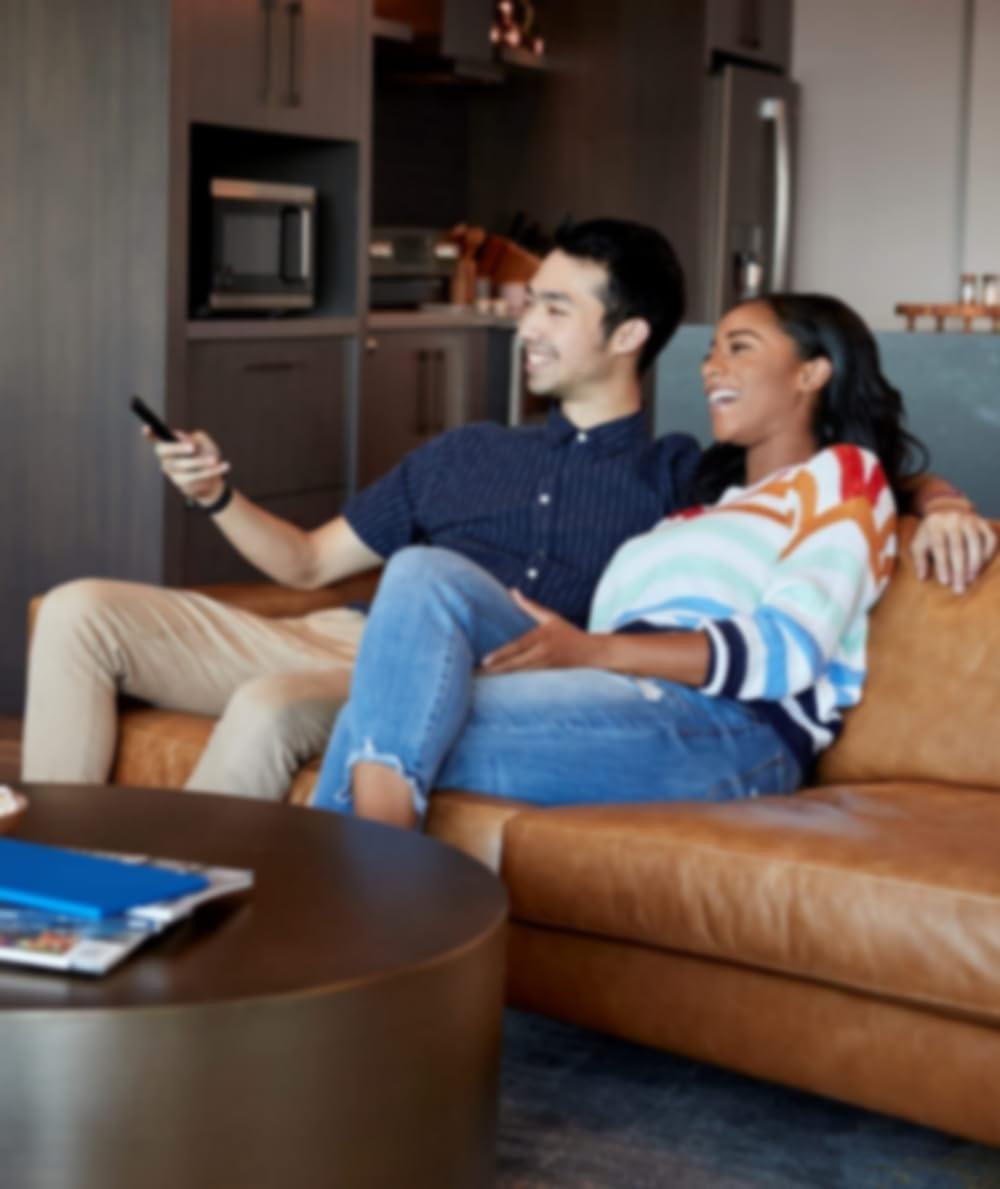 Couple sur un canapé regardant la télévision