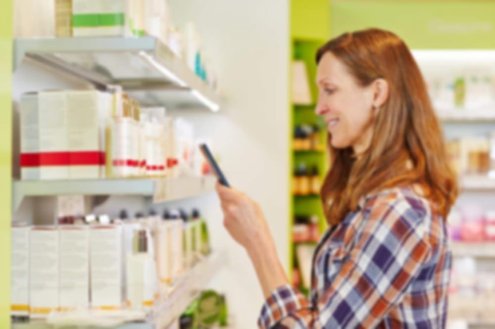 Una donna con prodotti per la cura della pelle