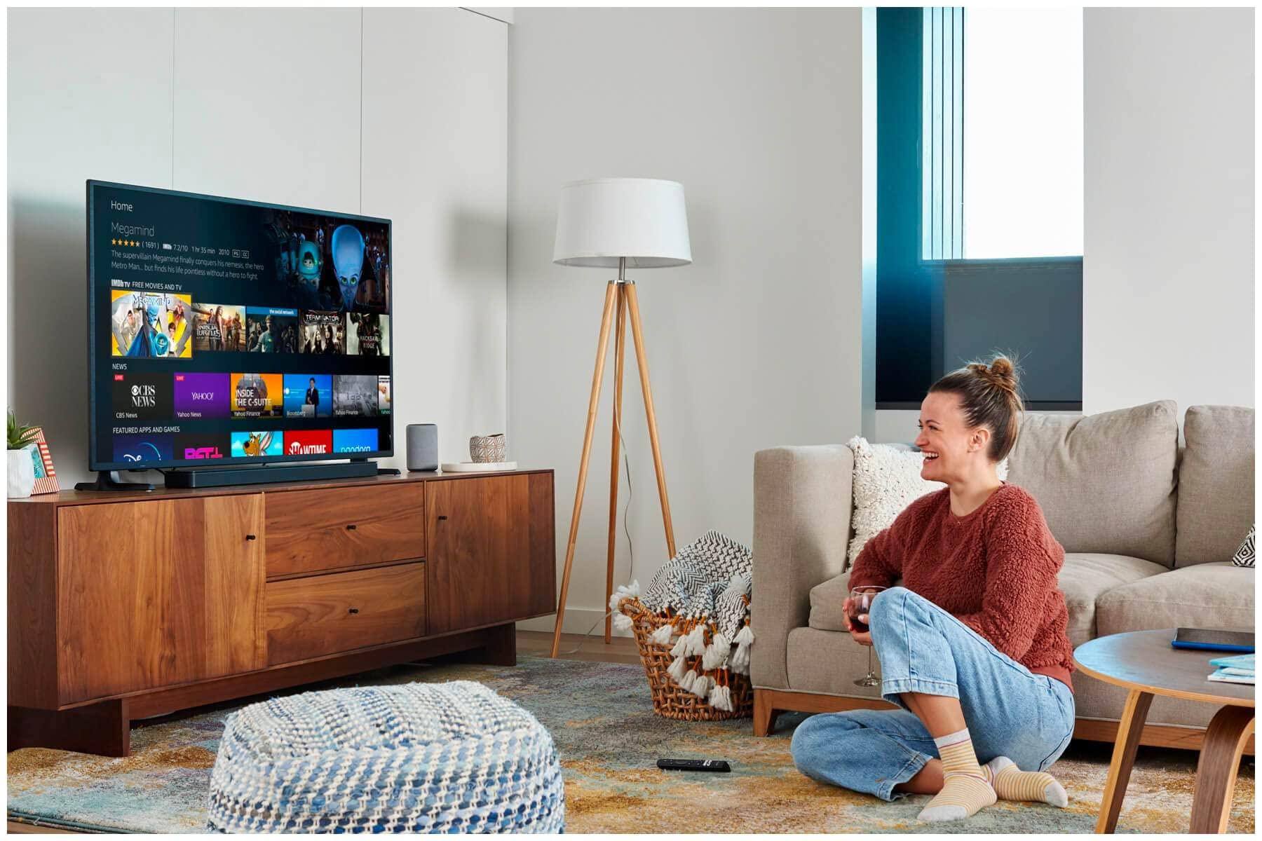 ソファに座りながらテレビを見ている女性