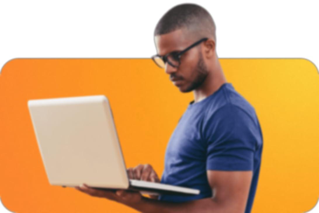 hombre con gafas que sujeta un ordenador