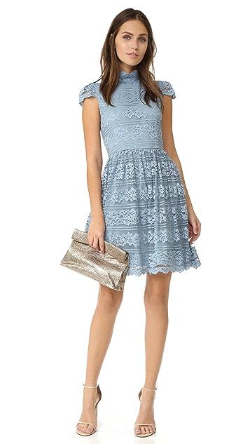 alice + olivia Платье Maureen с короткими рукавами