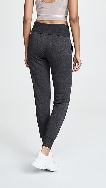 Beyond Yoga Уютные длинные спортивные брюки из флиса с отворотами