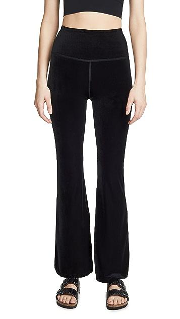 Beyond Yoga Расклешенные брюки из велюра