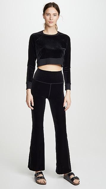 Beyond Yoga Укороченный бархатный пуловер