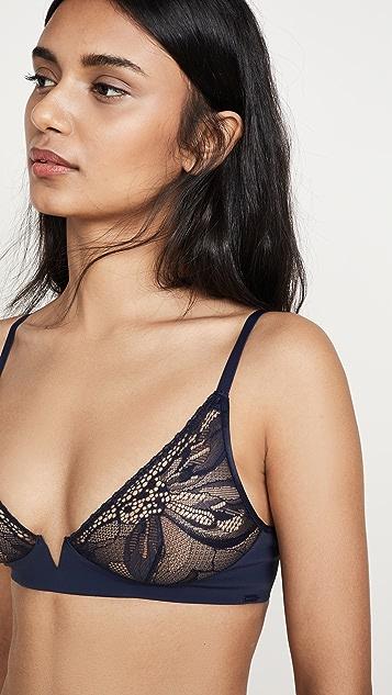 Calvin Klein Underwear 花瓣蕾丝低 V 领文胸