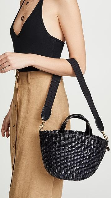 ClareV. Плетеная объемная сумка с короткими ручками Apolline