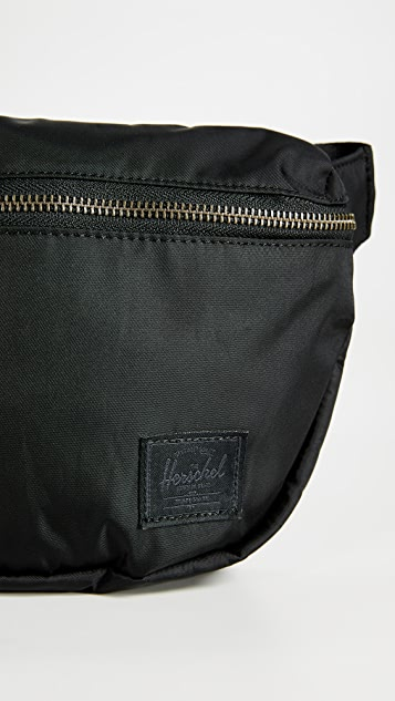 Herschel Supply Co.  Flight 缎面腰包