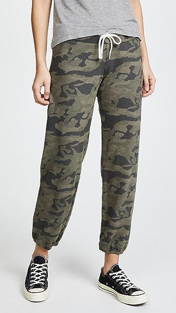 MONROW Спортивные брюки с камуфляжной расцветкой
