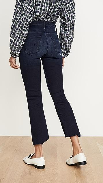 MOTHER Укороченные потрепанные джинсы Insider с заниженным шаговым швом