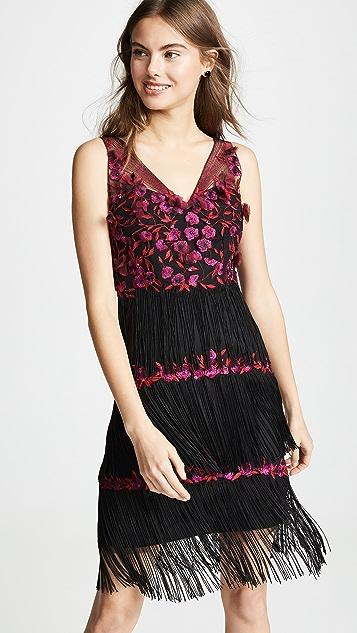 Marchesa Notte Коктейльное платье с вышивкой, бахромой и V-образным вырезом
