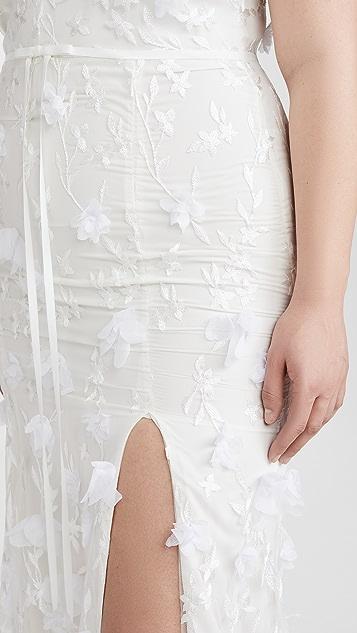 Marchesa Notte Вечернее платье с V-образным вырезом, вышивкой, шифоновыми цветами с 3D-эффектом и разрезом спереди