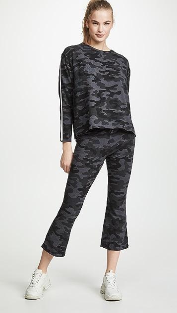 SUNDRY Расклешенные брюки Kick с камуфляжным принтом