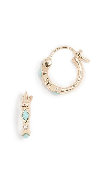 Sydney Evan Серьги-кольца Huggie из 14-каратного золота с бриллиантами и бирюзой в оправе «безель»