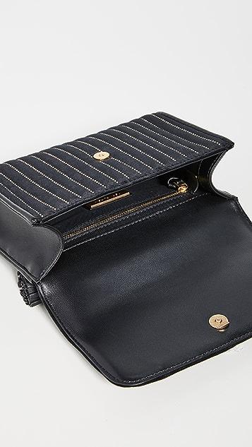 Tory Burch Маленькая сумка на ремне Fleming с заклепками