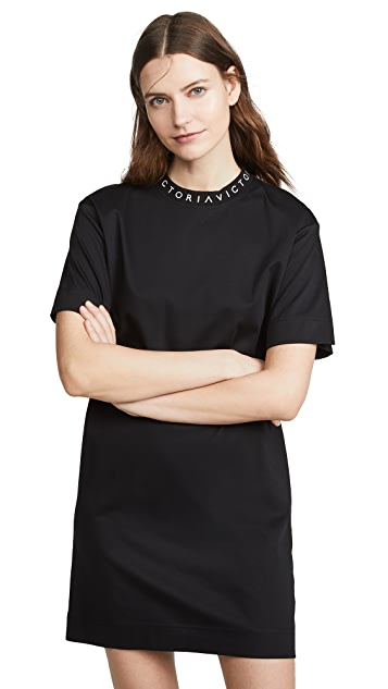 Victoria Victoria Beckham Платье-футболка в рубчик с логотипом