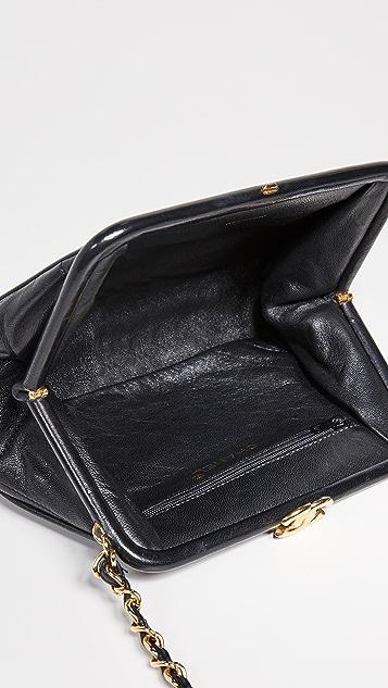 What Goes Around Comes Around Миниатюрная сумочка Chanel Kiss с замком