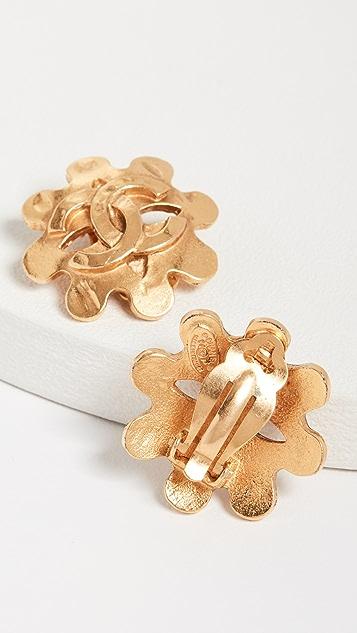 What Goes Around Comes Around Серьги Chanel в виде цветов с буквами «СС»