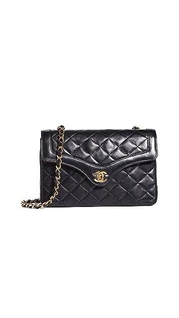 What Goes Around Comes Around Маленькая сумка Chanel из черной кожи ягненка с округлым клапаном с хлястиком