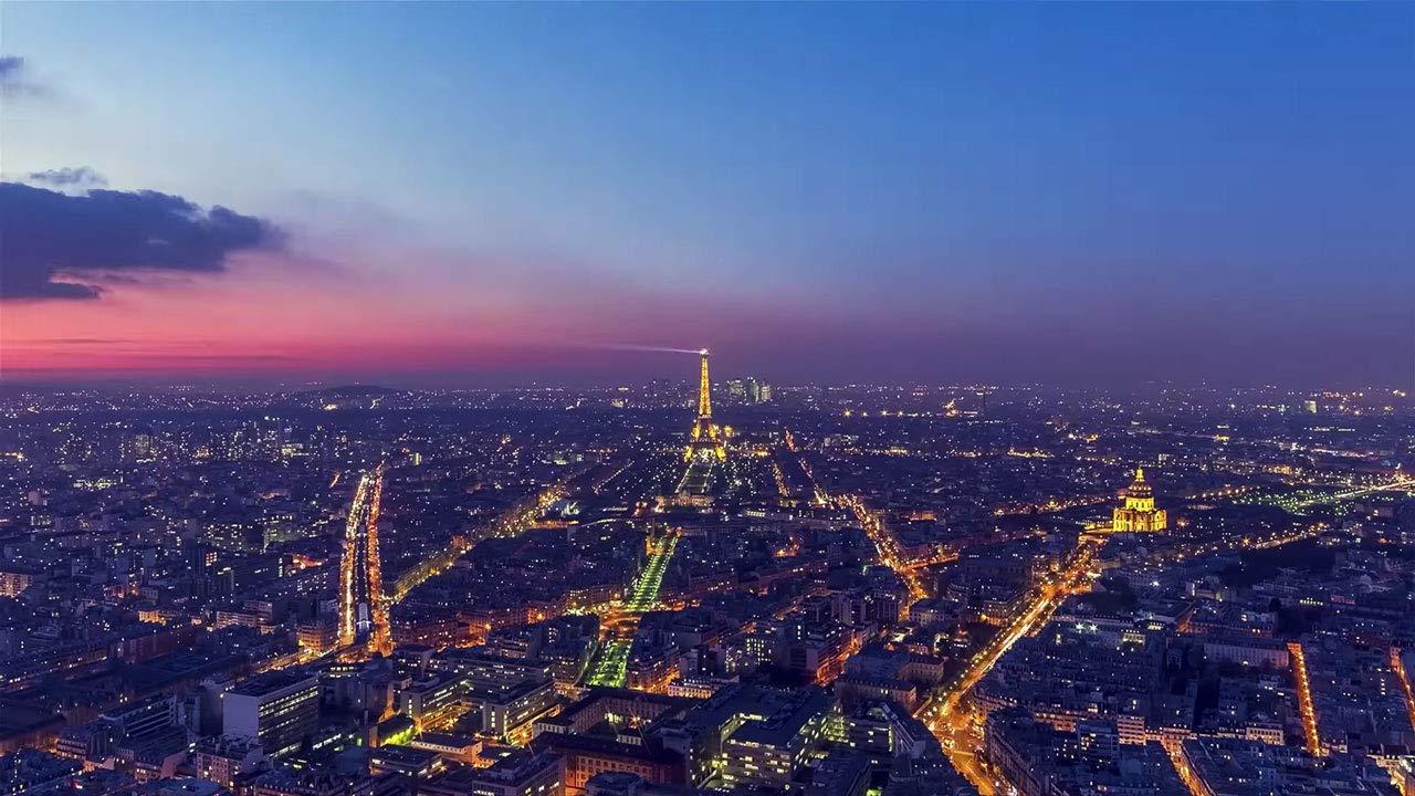 黄昏时分的城市景观,灯光照亮道路的视频缩略图
