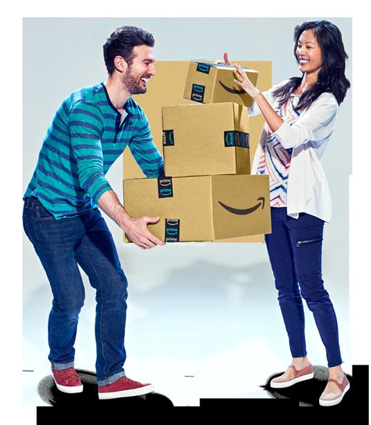 Hombre y mujer sosteniendo una pila de cajas de Amazon para enviar