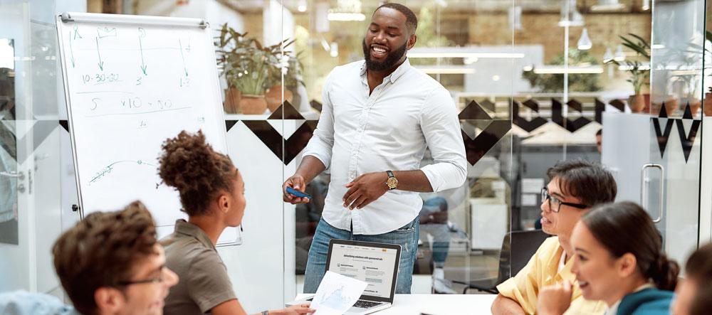 Hombre que lidera una reunión de negocios sobre la creación de una tienda virtual
