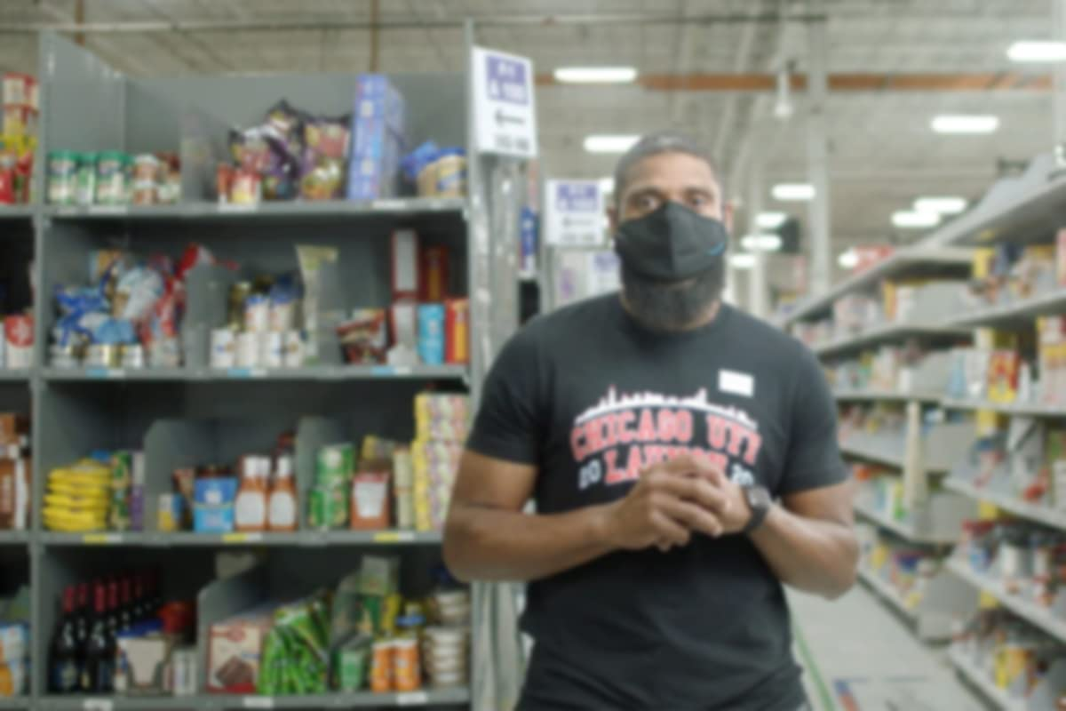 Amazon-grocery-fresh-associate-smiling-with-mask.