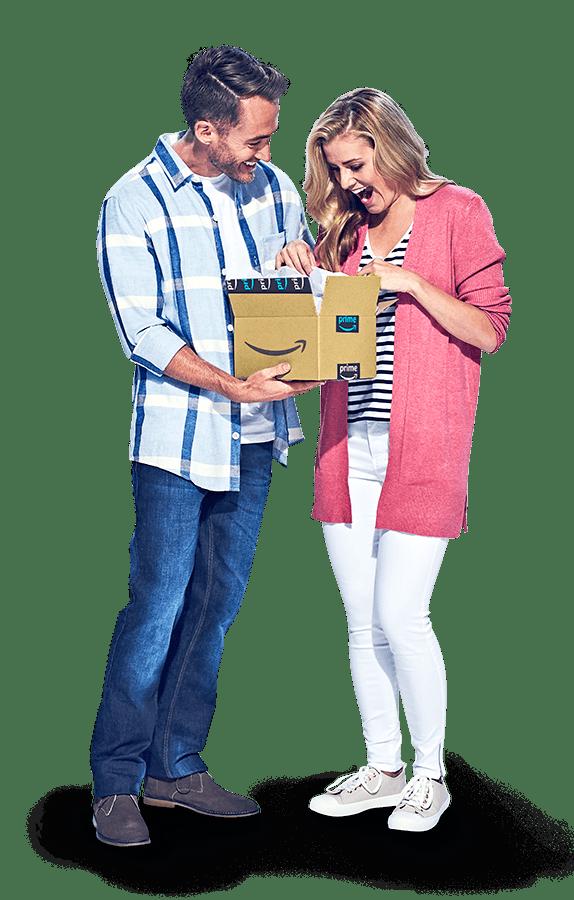 Homme portant une chemise à carreaux et femme portant un pull rose ouvrant un colis expédié par Amazon