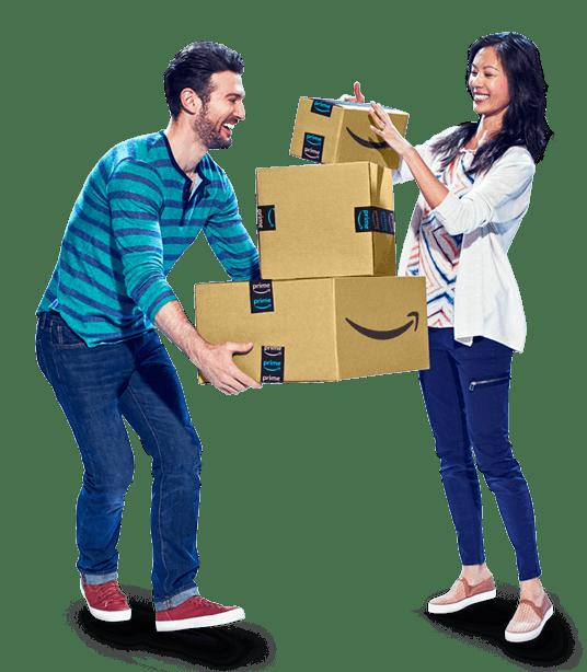 Homme et femme tenant une pile de cartons Amazon à expédier