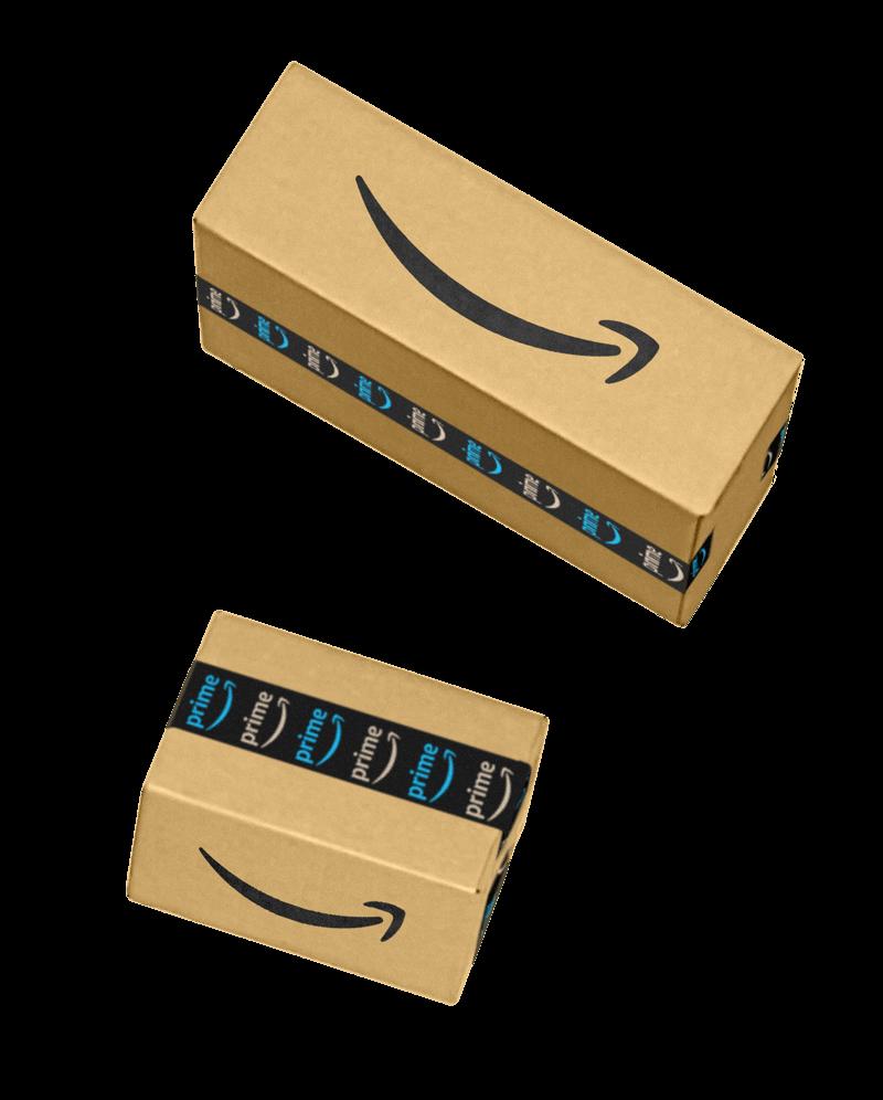 Stapel mit drei verschiedenen Amazon-Paketen, die zum Versand bereit stehen
