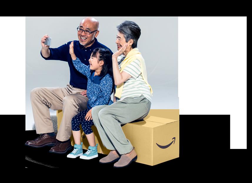 Amazonボックスに座っている男女と子供
