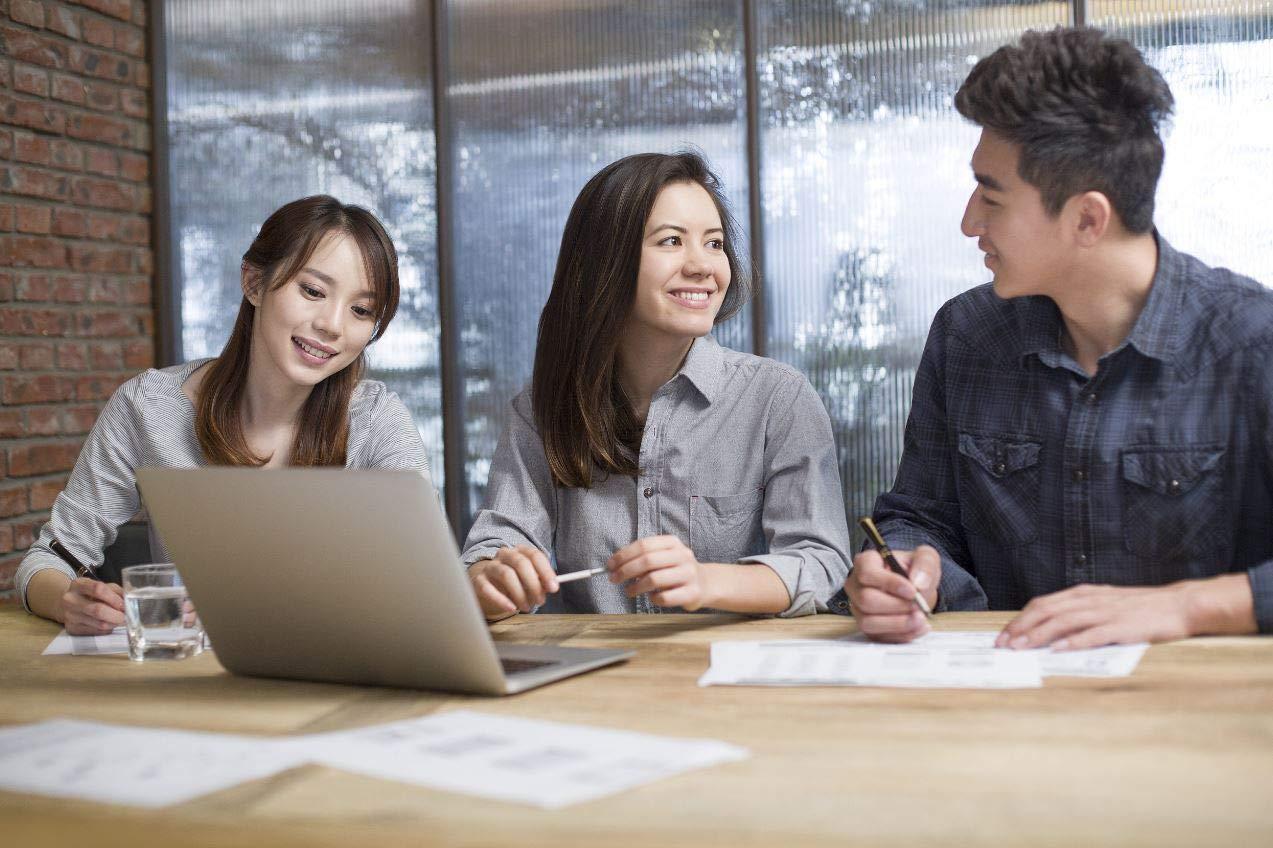 员工在办公室讨论如何使用亚马逊广告技巧