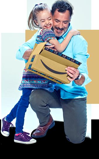 Un hombre sosteniendo un paquete de Amazon abierto que está abriendo su emocionada esposa