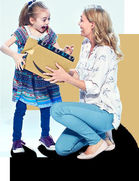 Ilustración: Una madre con su hija abriendo un paquete de Amazon