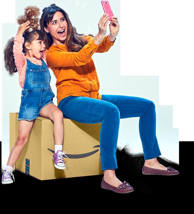 Una madre entregándole un paquete de Amazon a su pequeña hija