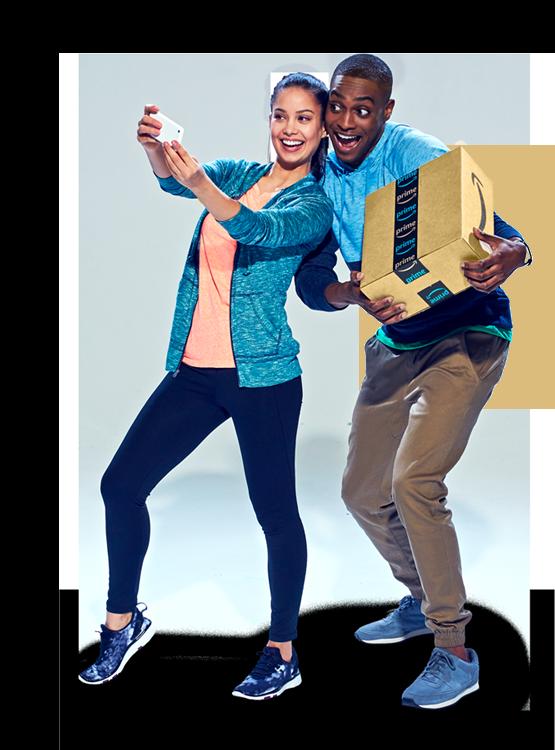 Una pareja sosteniendo felizmente tres paquetes de Amazon