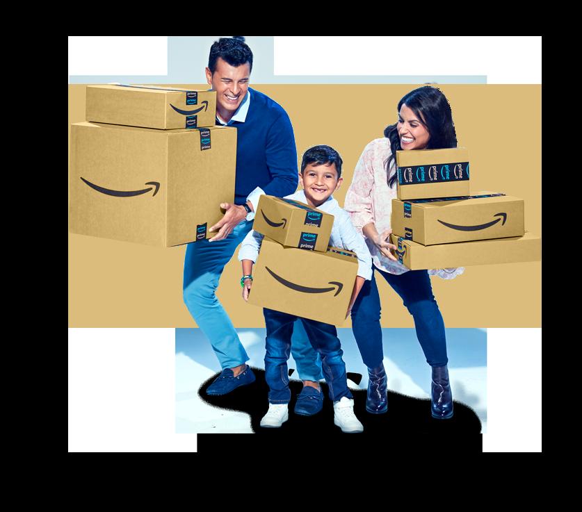 Pai, mãe e filho segurando caixas da Amazon.