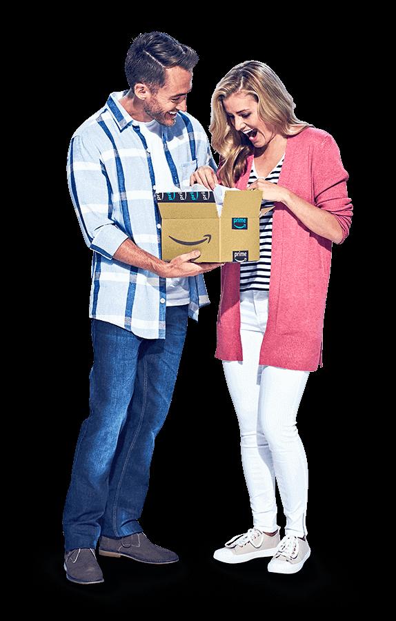 Ekose gömlekli bir adam ve pembe kazaklı bir kadın Amazon paketini açıyor.