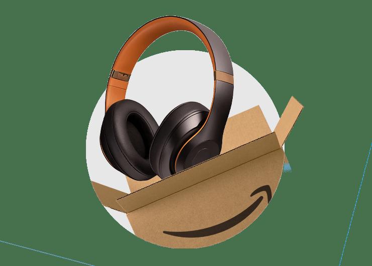 Obraz pudełka wysyłkowego Amazon z wystającymi słuchawkami