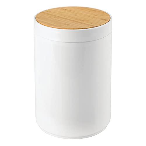 mDesign Práctico cubo de basura para cocina – Moderno bote de basura de bambú y plástico para el baño, la cocina o la oficina – Estable cubo de basura con tapa – color bambú y blanco