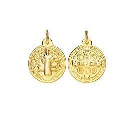 Medalla San Benito en Plata de Ley Cubierta de Oro de 18kt. Medida: 12mm. Es una de Las medallas más Antiguas de la cristiandad, y quienes la portan creen Que Tiene Poder contra el Mal.