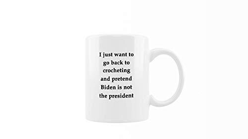 N\A Taza de café Tejida a Ganchillo - Pretendamos Que Biden no es el Presidente - Regalo Divertido para Amigos, Familiares y compañeros de Trabajo