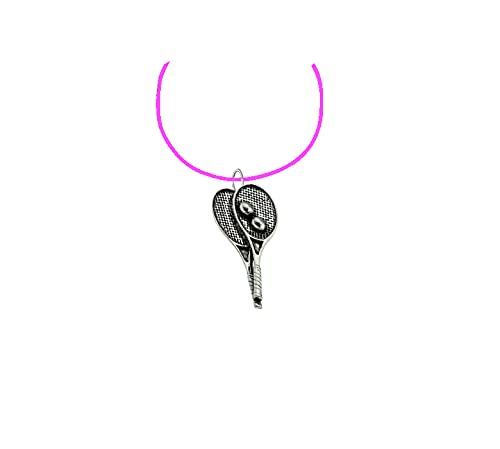 S9Racchette da tennis in peltro inglese Ciondolo 3d su un Rosa Collana Di Corda a mano 41cm e regolabile con orgoglio in dettagli