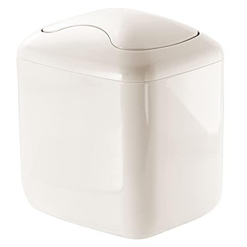 mDesign Papelera con tapa basculante para sobremesa – Cubo de basura de baño para desechos cosméticos – Práctico contenedor de residuos de plástico de 2,7 litros de capacidad – crema