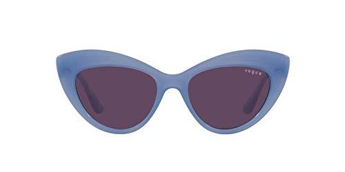 Vogue Eyewear Gafas de sol cuadradas Vo5377s para mujer, Opal Light Blue/Dark Violet,